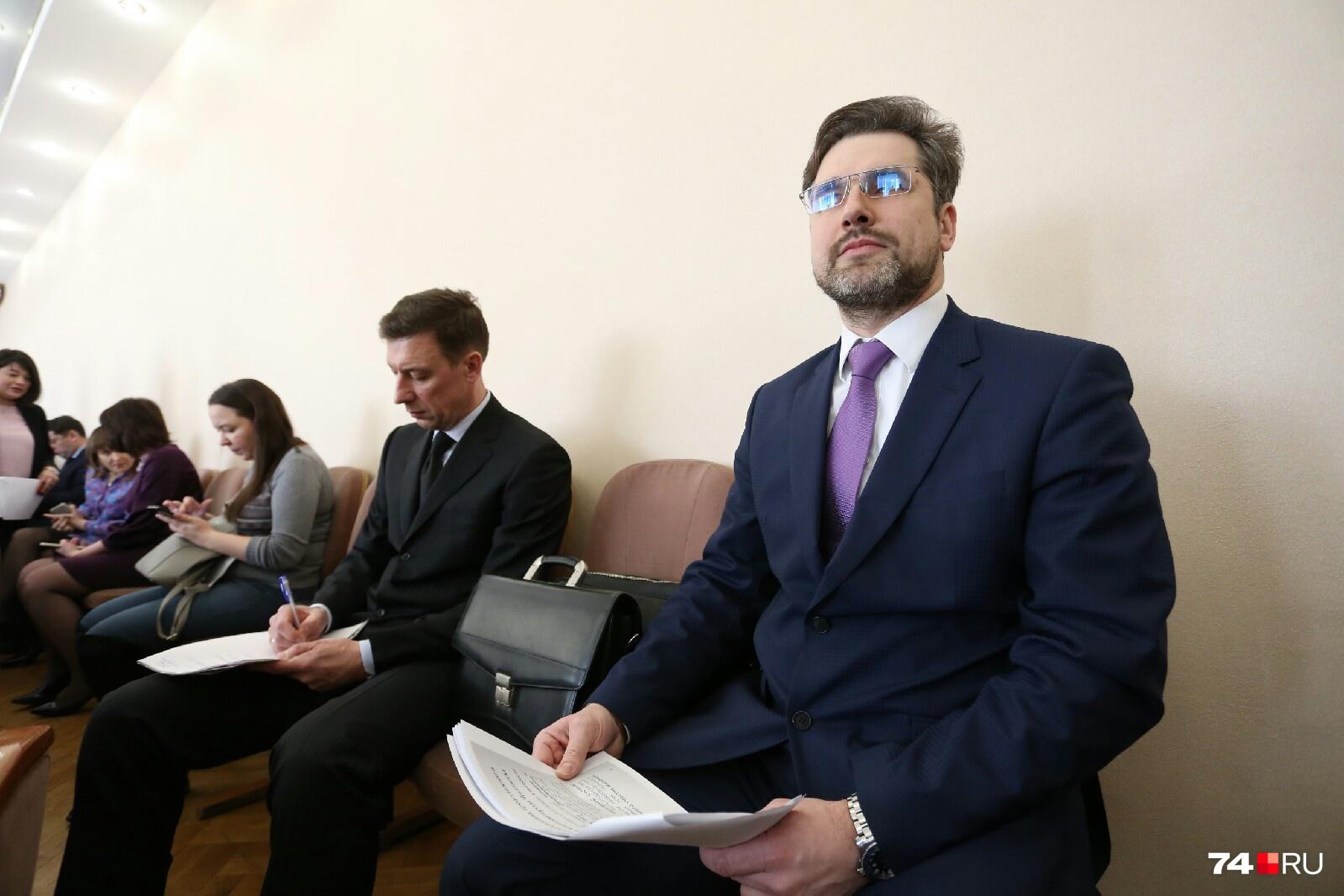 Кандидат Никита Мирный ожидал своего выхода на боковом месте