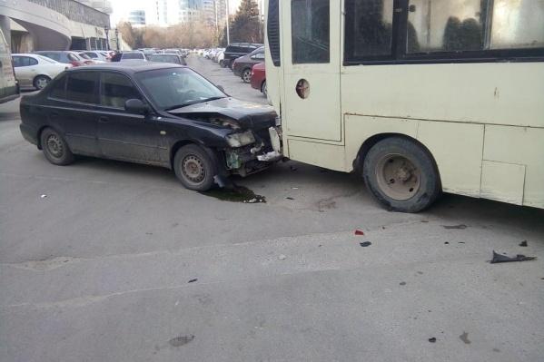 Водитель маршрутки пытался остановить движущийся транспорт