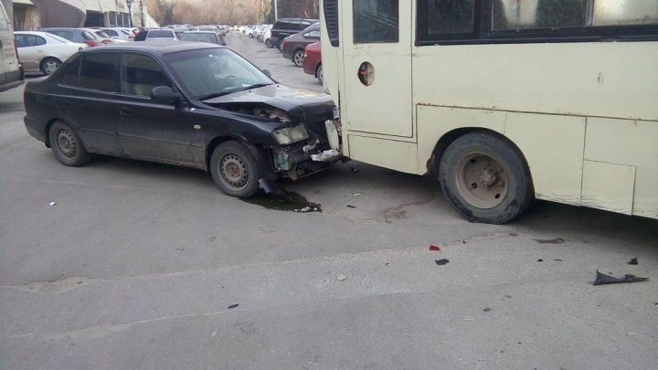Отказали тормоза: в Ростове маршрутка протаранила три автомобиля