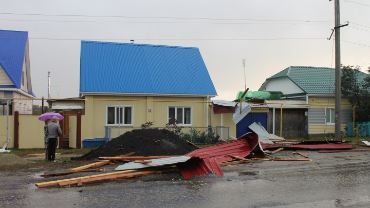 В Далматово ураганом снесло крыши больницы, прокуратуры и домов