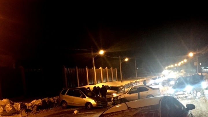 В Кировском районе два автомобиля перекрыли дорогу— собралась пробка