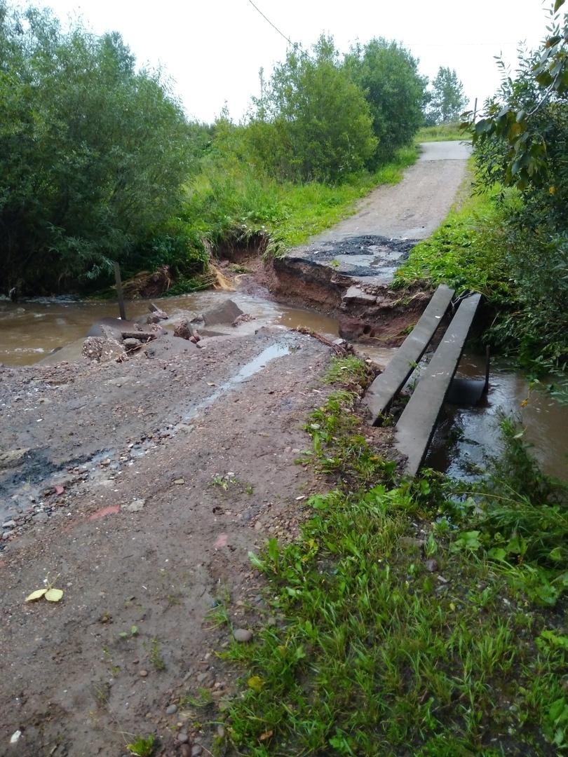 Сейчас перейти реку можно только по бетонному столбу