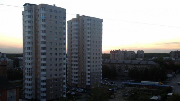 Даже пожарных вызвали: улицу в Калининском районе окутала вонь от жжёной резины