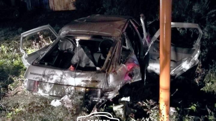 Трое подростков без спроса взяли машину отца покататься и разбились о светофор: есть погибшие