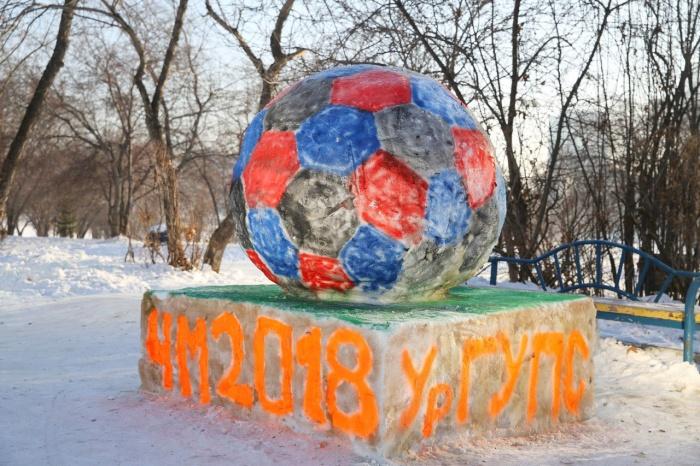 Ребята лепили скульптуры на тему «Дружба и футбол»