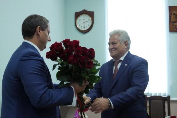 Геннадий Котельников получил цветы и новое почётное звание
