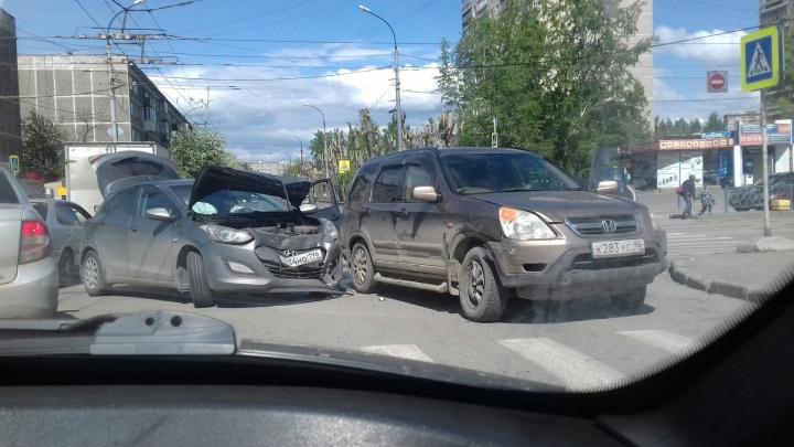 Вылетели на встречку и перекрыли дорогу: на Уралмаше столкнулись две иномарки