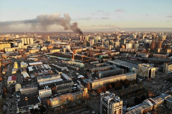 Столб серо-черного дыма видно из разных районов Новосибирска. Этот кадр сделан с Красного проспекта