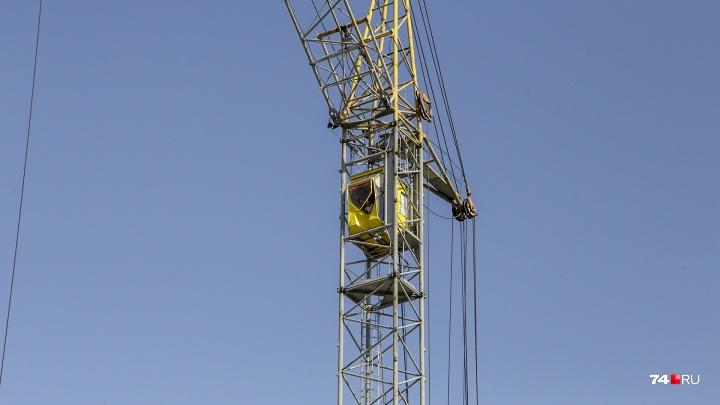 Женщина сверху: смотрим на Челябинск из кабины башенного крана и меряем зарплату машиниста в iPhone