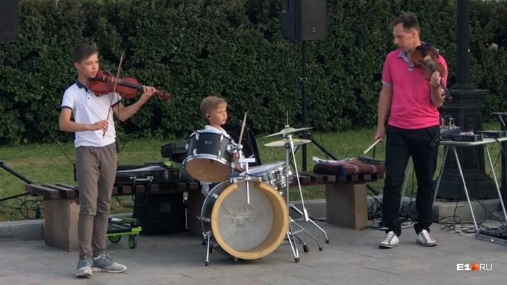 Уралец с сыновьями-музыкантами весь июнь собирает аншлаги на Плотинке. Рассказываем их историю