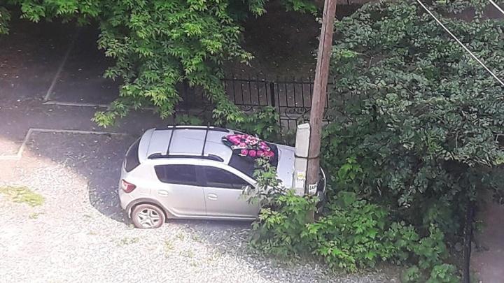 В центре Новосибирска на машину положили похоронный венок