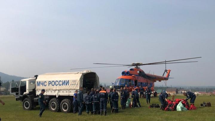 Омские спасатели тушат пожары в Красноярском крае— их площадь начала уменьшаться