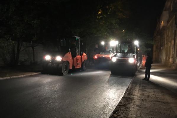 Дорогу ремонтируют по ночам, чтобы не мешать движению