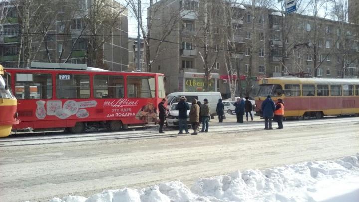На ВИЗе из-за ДТП остановилось движение трамваев