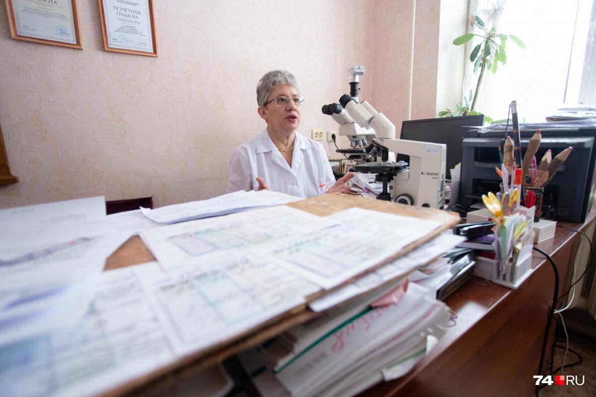 О числе пациентов, которым патологоанатомы помогают поставить диагноз, можно судить по внушительным стопкам карт и стёкол на рабочем столе