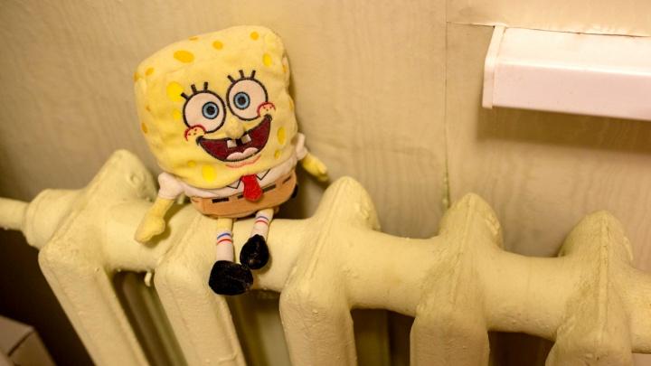 Люди до сих пор мёрзнут в квартирах: куда звонить, чтобы дали отопление