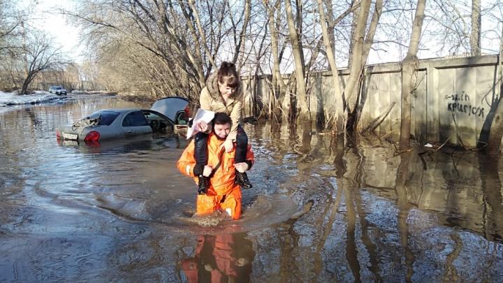 Сибирячка утопила машину в глубокой луже — спасатель на плечах вынес её на сушу