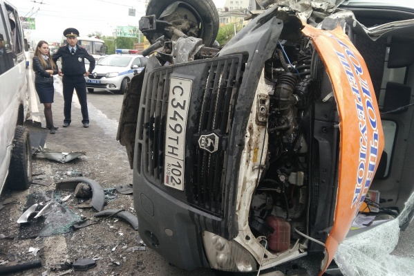 Грузовик опрокинулся на правую сторону, водителя доставали спасатели