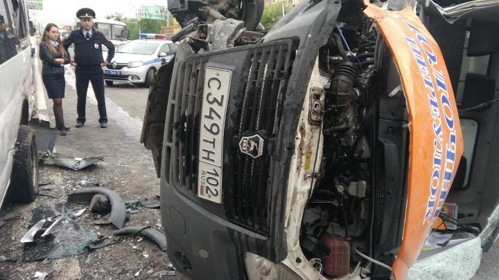 «Водитель, скорее всего, уснул»: в Уфе произошло ДТП, пострадали люди