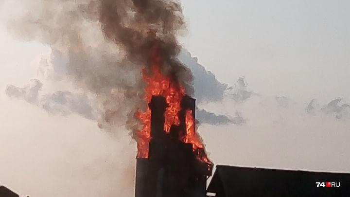 «Пламенем объята деревянная часть башни»: заброшенный элеватор горит в Челябинской области