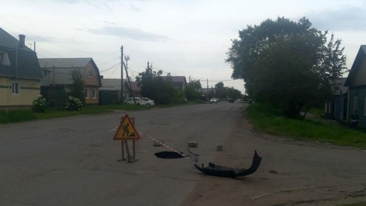«ОмскВодоканал» обвинил местных жителей в появлении глубокой ямы на Сыропятской