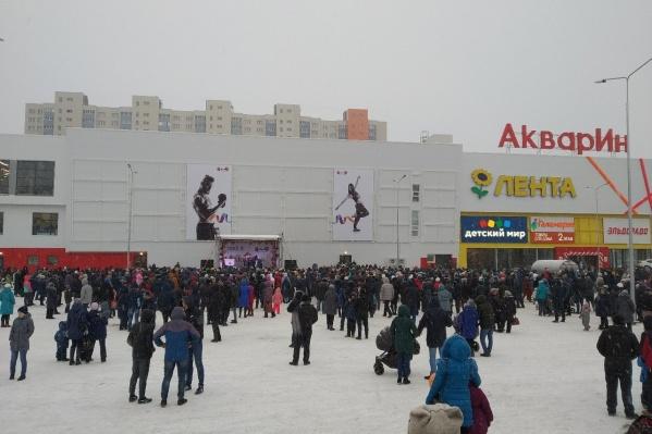 В новом ТЦ пока большая часть площадей пустует. В полную силу заработали всего пару магазинов, в том числе продуктовый гипермаркет