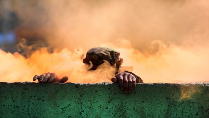 Дым, огонь, противогаз: солдаты устроили забег через рвы и заборы под Новосибирском