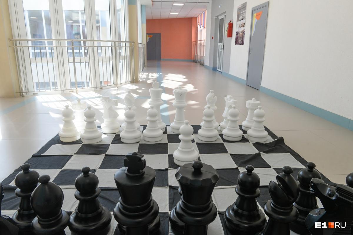 Масштабы школы поражают так же, как размер шахмат (примерно с первоклассника)