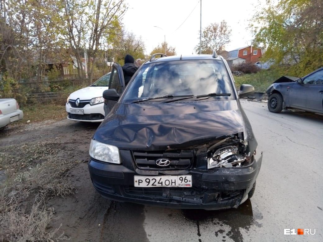 Перед тем как убежать, водитель закрыл свою машину