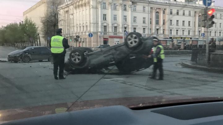 """В Екатеринбурге Subaru встал на крышу после столкновения с """"десяткой"""""""