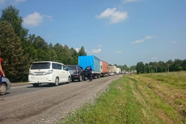Водители вынуждены стоять часами, чтобы добраться до места назначения