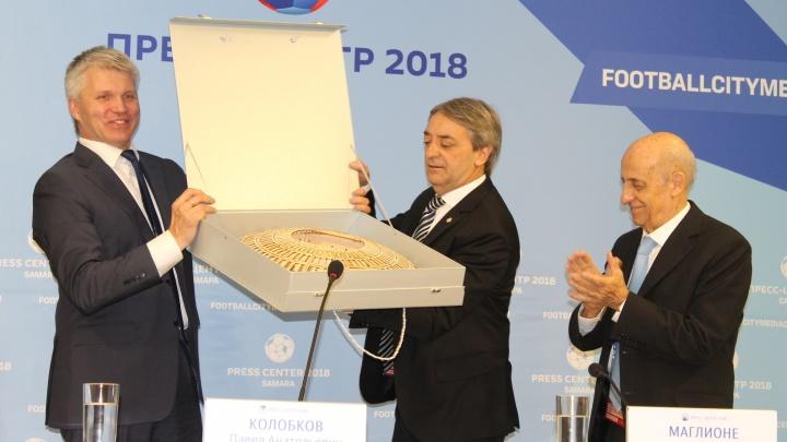 Министру спорта Уругвая подарили деревянную копию «Самара Арены»