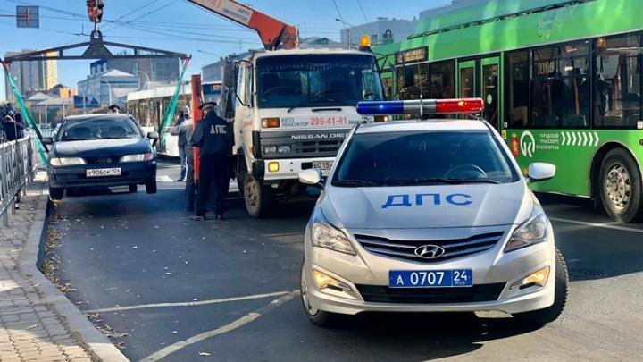 Маршрутчики объяснили, почему высаживают пассажиров прямо на дороге