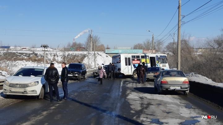 Пробка в обе стороны: Троицкий тракт в Челябинске парализовала крупная авария с участием маршрутки