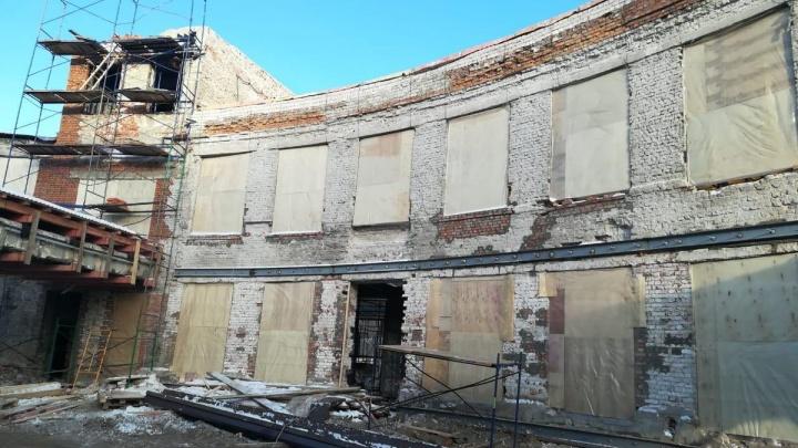 В здании Фабрики-кухни устанавливают крышу и забивают окна фанерой