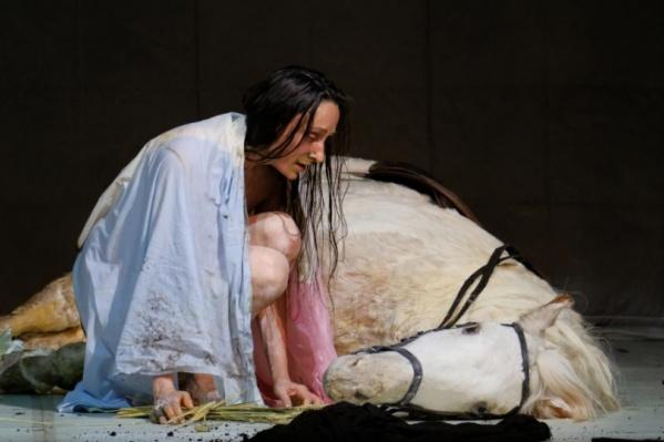 «Жанну» показали в Перми в прошлом году. Опера удивила зрителей и составом — в спектакле сыграла Одри Бонне, и исполнением, и декорациями. Например, лошадь на сцене — муляж, но благодаря специальным механизмам она даже дышала