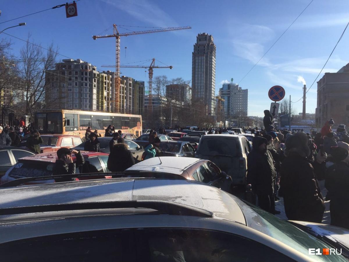 На Куйбышева водители просто останавливали автомобили на дороге и выходили из них, чтобы посмотреть на взрыв