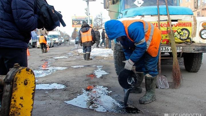 Названы улицы Омска, где дорожники заделают ямы битым кирпичом
