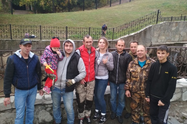 Волонтеры три дня перевозили погибающую рыбу в другие водоемы