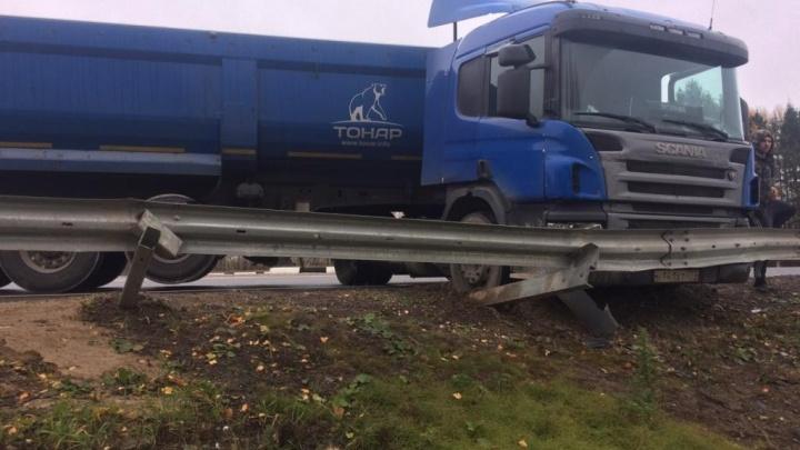 В Ярославской области на трассе фура снесла 25 метров отбойника
