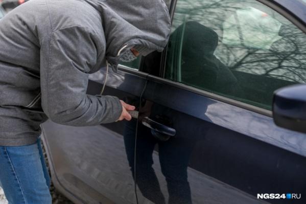 Мужчина украл автомобиль, погрузив его на эвакуатор