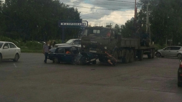 В Башкирии «шестерка» залетела под КАМАЗ