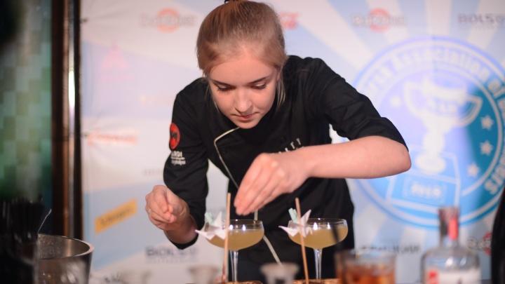 На чемпионате барменов Новосибирска сделали коктейль с синим льдом и золотым песком