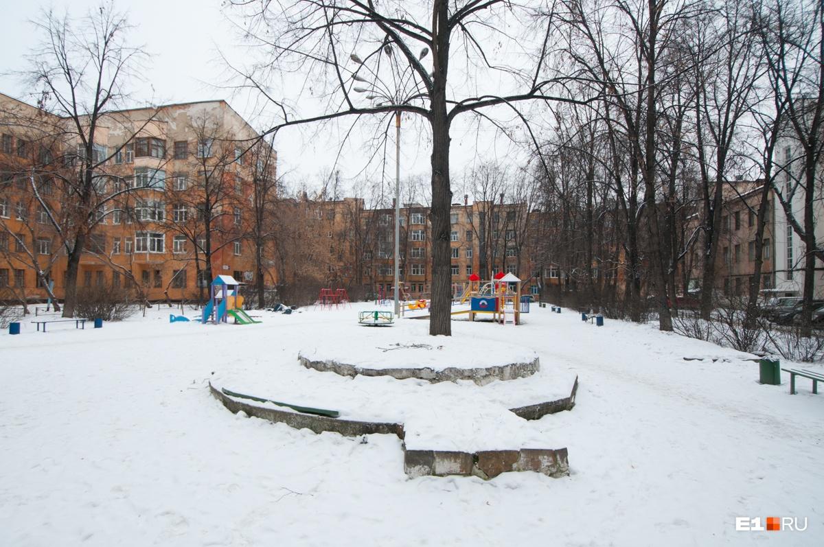 На площадке стоит клумба, раньше здесь был фонтан