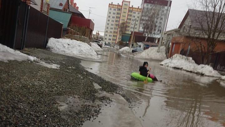 «Местами вода до колена»: девочка переплыла огромную лужу на «ватрушке»