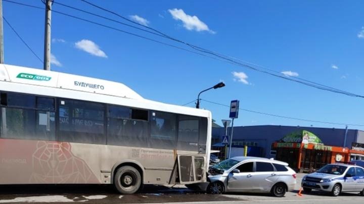 В Перми на остановке в автобус въехала легковушка