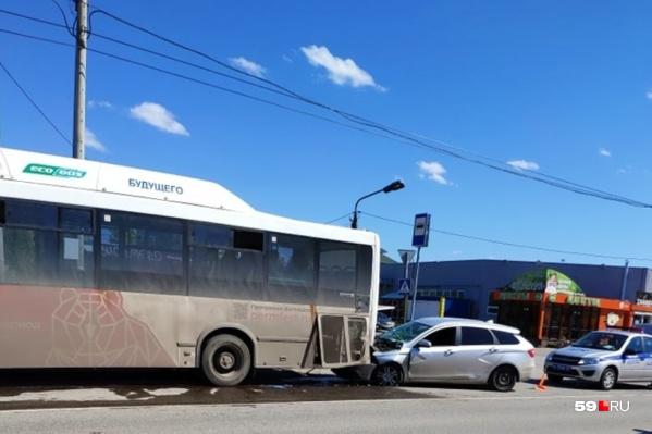 Автомобиль въехал в автобус сзади