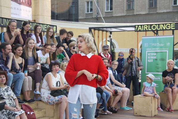 Спектакль-сторителлинг «Истории великих людей» прошёл в рамках фестиваля уличных театров «Три вороны»