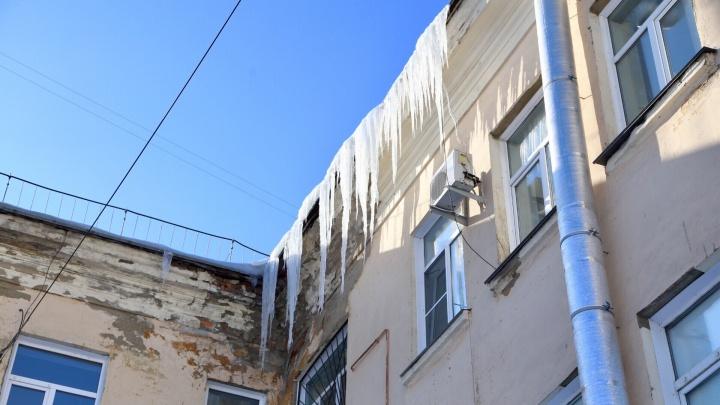 Скользкая тема: разбираемся, кто должен убирать сосульки с крыш челябинских домов