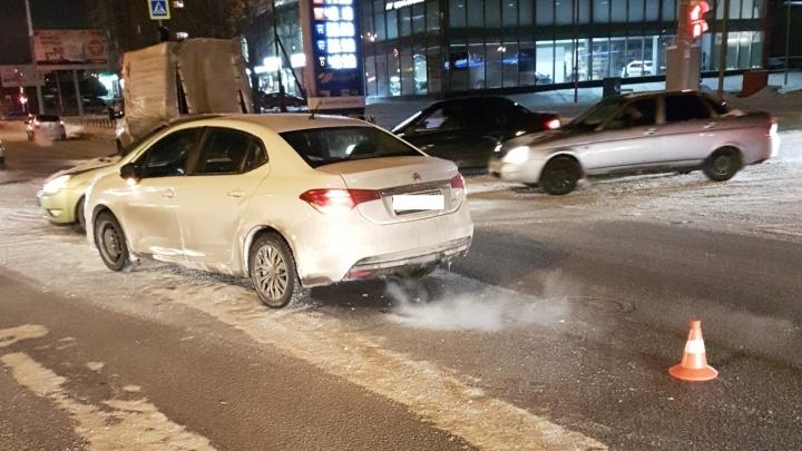 На Московской иномарка сбила подростка, перебегавшего дорогу на красный свет